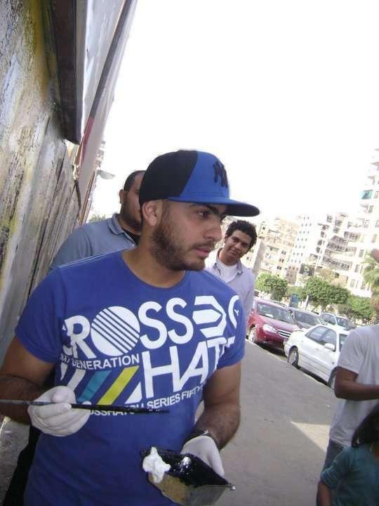 صور تامر حسني يكتب اسم شهداء التحرير على الجدار iqpic72db0ffdde.jpg